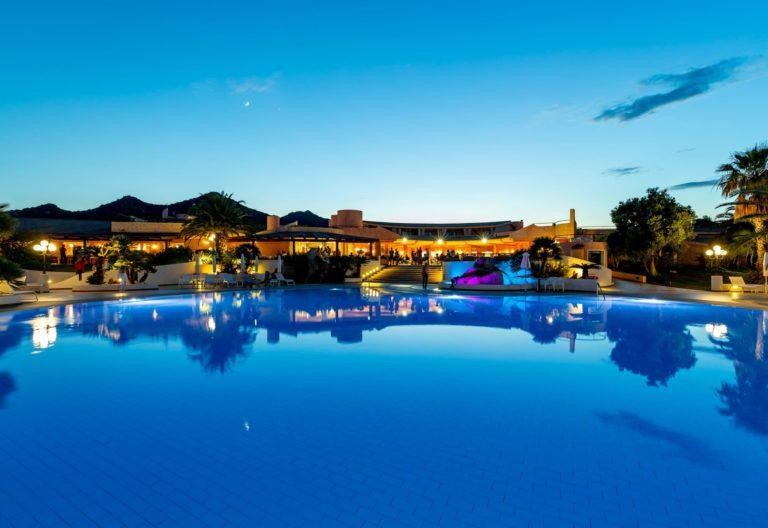 sant_elmo_beach_hotel_pool_piscina_vista_view_notturno_night_0