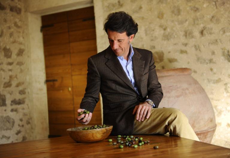 foto zm con mano olive
